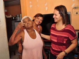 Dona Antonia com a filha e a assistente social foto jose lins secom pb