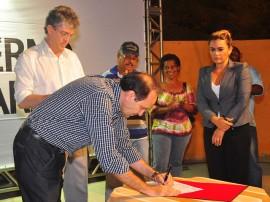 ricardo assina ordem de esgotamento sanitario na cidade verde foto roberto guedes (1)