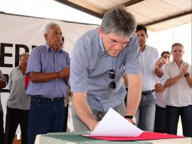 08.03.13 ricardo assina ordem serviço em cabaçeiras_fotos roberto guedes secom pb