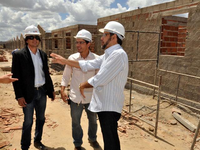 11.04.13 secretrio interiorizacao vistoria obras construcao 1948cg - Governo acelera construção de 1.948 casas em Campina Grande
