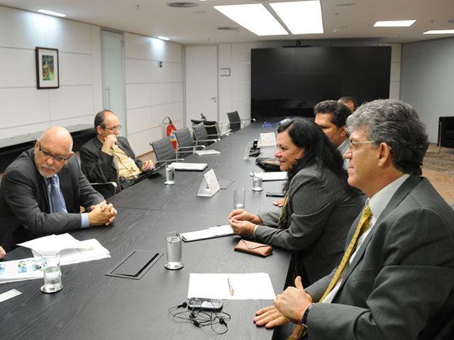 ricardo REUNIÃO CEF rio tinto foto jose marques 1 - Ricardo discute habitacão de Rio Tinto com presidente da Caixa