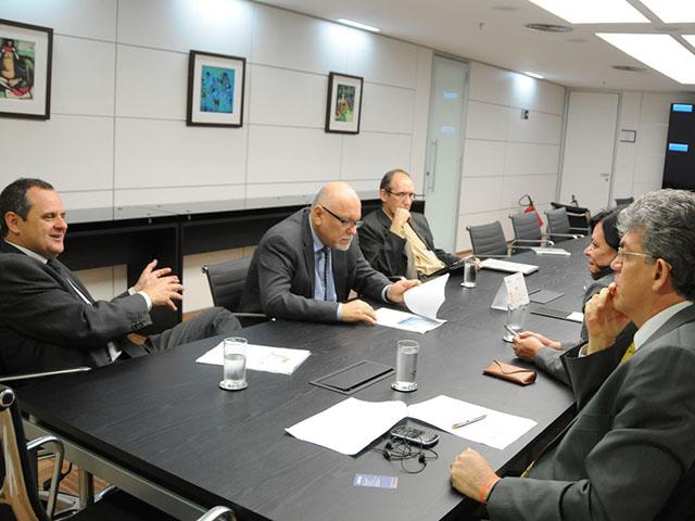 ricardo REUNIÃO CEF rio tinto foto jose marques 3 - Ricardo discute habitacão de Rio Tinto com presidente da Caixa