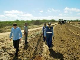 Moacir Barbosa Rodrigues na estrada de Olivedos2 270x202 - Obras de pavimentação da estrada de Olivedos estão em ritmo acelerado