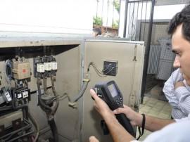 Tecnico da Cagepa testa novo equipamento 270x202 - Governo adquire equipamentos e reforça manutenção preventiva da Cagepa