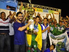portal sec entrega trofeu 270x202 - Escolinha do Mescias vence primeira edição da Copa Sub 15
