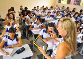 """professora do liceu utilizando o tablet em sala de aula com alunos foto kleide teixeira 381 270x192 - Inscrições do """"Mestre da Educação"""" e """"Escola de Valor"""" vão até esta quarta"""