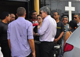 16.08.13 ricardo visita velorio fotos jose lins 31 270x192 - Ricardo presta solidariedade à família de policial assassinado