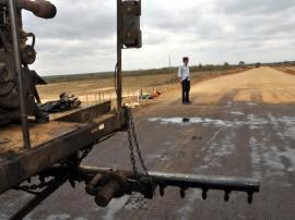 inicio de obra de asfalto em nova estrada de olivedos foto claudio goes 6 270x202 - Obras da estrada de Olivedos estão em ritmo acelerado