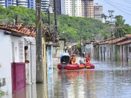 bombeiros e defesa civil areas de risco bairro sao jose foto jose lins 41 270x202 - Corpo de Bombeiros resgata mulher em rua inundada no bairro São José