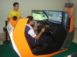03.13.13 simulador direcao veicular 2 270x202 - Modelo de simulador de direção veicular exposto em shopping de CG