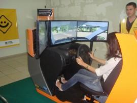 03.13.13 simulador direcao veicular 7 270x202 - Modelo de simulador de direção veicular exposto em shopping de CG