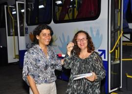 10.10.13 funad estela entrega de onibus vanivaldo ferreira 44 270x192 - Funad recebe novo ônibus adaptado para usuários