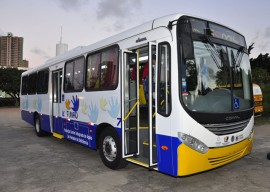 10.10.13 funad estela entrega de onibus vanivaldo ferreira 6 270x192 - Funad recebe novo ônibus adaptado para usuários