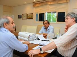 REUNIÃO PREFEITO UIRAUNA 5 270x202 - Ricardo recebe prefeito e discute obras para cidade de Uiraúna