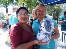 seap artesanato com bonecas recebe elogios de cliente em cg 2 270x202 - Bonecas produzidas por internas do presídio feminino atraem público em Campina