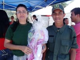 seap artesanato com bonecas recebe elogios de cliente em cg 3 270x202 - Bonecas produzidas por internas do presídio feminino atraem público em Campina