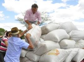 31.07.12 ricardo entrega racao animal sousa foto alberi pontes 166 270x202 - Governo distribui 39 mil toneladas de ração animal na Paraíba