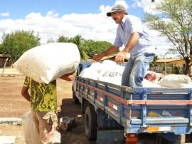 31.07.12 ricardo entrega racao animal sousa foto alberi pontes 210 270x202 - Governo distribui 39 mil toneladas de ração animal na Paraíba