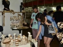 Salao aretesanato turista Sarah Garcia e Henrique 3 270x202 - Produtos em madeira lideram vendas no 19º Salão de Artesanato da Paraíba