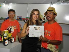 pamela entrega diploma foto walter rafael 270x202 - Salão de Artesanato é encerrado com recorde de visitantes e vendas