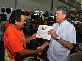 ricardo entrega diploma 270x202 - Salão de Artesanato é encerrado com recorde de visitantes e vendas