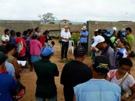 agricutores de matureia recebem mudas de arvores frutiferas pela emater 4 270x202 - Governo entrega mudas de frutíferas a agricultores de Matureia