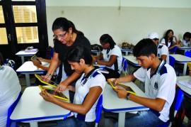 liceu alunos e professores com tablets foto vanivaldo ferreira 30 270x179 - Programa vai combater distorção idade-série de 44 mil alunos na Paraíba