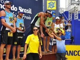 vôlei sec tiberio dar trofeu campeao masc foto walter rafael 270x202 - Secretário de Esporte entrega troféus na final do vôlei de praia