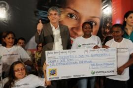 8 DE MARÇO 511 270x179 - Ricardo lança campanha, entrega créditos e aparelhos do SOS Mulher
