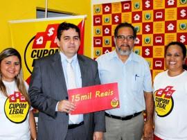 Foto entrega de prêmio do Cupom Legal de R 15 mil 270x202 - Cupom Legal entrega 16 prêmios e divulga ganhadores do sorteio semanal