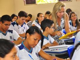professora liceu tablet foto kleide teixeira 291 270x202 - Governo do Estado investe em tecnologias da informação e comunicação para a rede de ensino