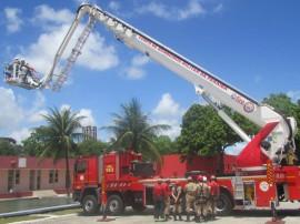 21.11.14 bombeiros instrucoes uso auto plataforma 1 270x202 - Bombeiros recebem instruções para uso de autoplataforma aérea