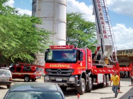 bombeiros atendem ocorrencia e utilizam auto plataforma aera 8 270x202 - Corpo de Bombeiros realiza primeiro atendimento com plataforma aérea em Campina Grande
