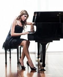 juliana dagostini 221x270 - Orquestra Sinfônica apresenta concerto com a pianista Juliana D'Agostini