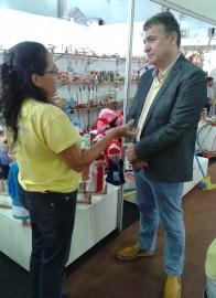 Artesã explica processo criativo ao secretario Laplace Guedes 196x270 - Secretário visita Salão do Artesanato e conversa com expositores