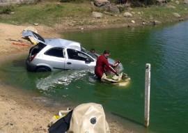 Corpo de Bombeiros resgatam carro submerso 3 270x191 - Mergulhadores do Corpo de Bombeiros resgatam carro submerso em açude da região da Borborema