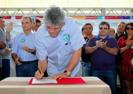 RIACHO DOS CAVALOS 2 copy 270x192 - Ricardo assina ordem de serviço de adutora, entrega escola e incentiva indústrias do Alto Sertão