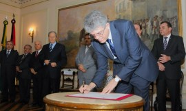 GOV ENTREGA MEDALHA MINISTRO RICARDO LEWANDOWSIC 2 270x162 - Ricardo entrega Medalha do Mérito ao presidente do STF