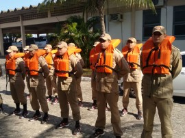 22.10.15 bombeiros instrucao sobrevivncianomar0 3 270x202 - Cadetes do Corpo de Bombeiros têm aula prática de sobrevivência no mar