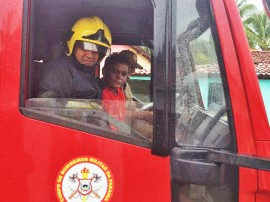 bombeiro visita paciente1 270x202 - Bombeiros visitam garoto paciente do Napoleão Laureano que sonha servir à tropa