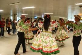 Grupo do Sesc e passageiros do voo da azul Dayse Eusébio 270x180 - PBTur recepciona passageiros do voo inaugural da Azul entre Belo Horizonte e João Pessoa
