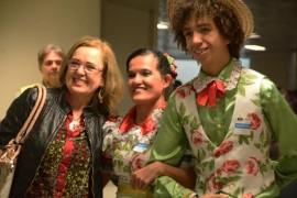 passageira com integrantes do grupo folclorico Dayse Eusébio 270x180 - PBTur recepciona passageiros do voo inaugural da Azul entre Belo Horizonte e João Pessoa