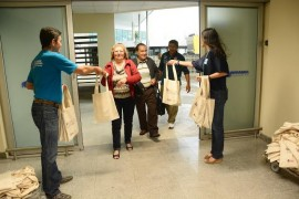 recpção e entrega de material instirucioanl e brinde Dayse Eusébio 270x180 - PBTur recepciona passageiros do voo inaugural da Azul entre Belo Horizonte e João Pessoa