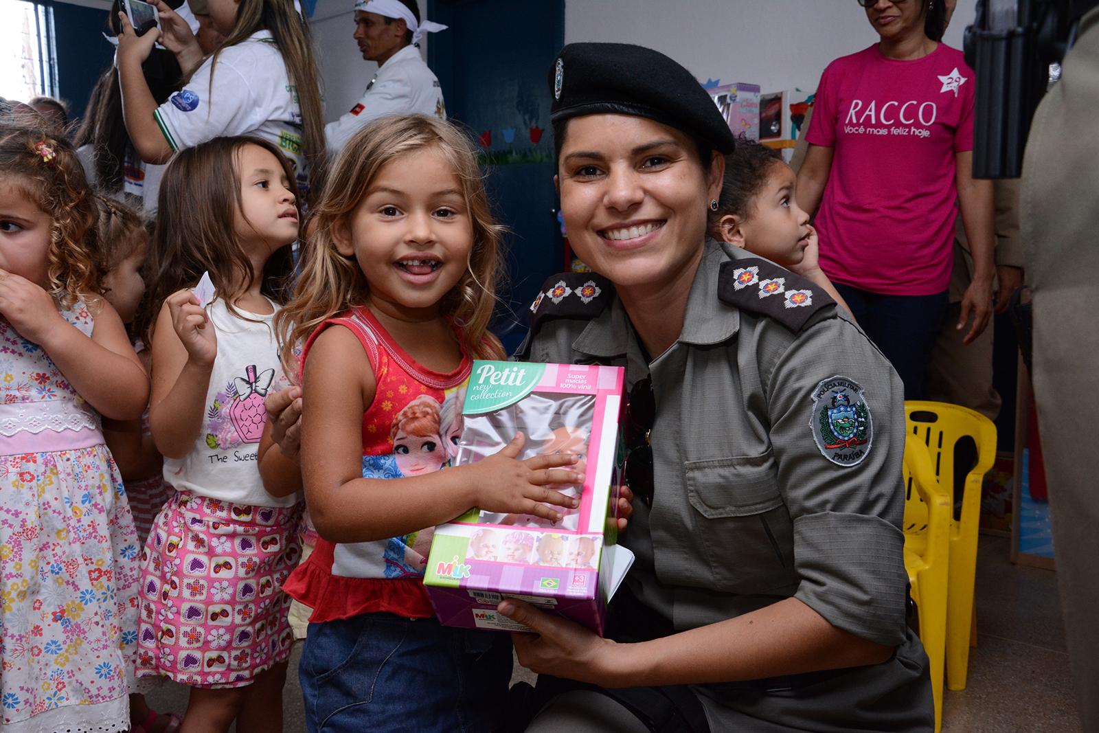 Capitã Karla Reis e a pequena Talia_Foto_Wagner_Varela_SECOM_PB