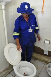 Cadastrador em teste de corante 179x270 - Cagepa realiza obras de melhoria no sistema de esgotos de Monteiro e mapeia condição das ligações domiciliares