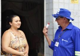 Moradora recebe cadastrador da Cagepa 270x191 - Cagepa realiza obras de melhoria no sistema de esgotos de Monteiro e mapeia condição das ligações domiciliares