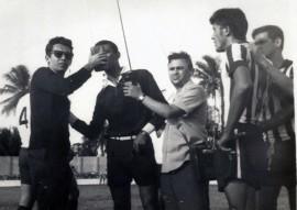 Gilvan de Brito e Ivan Bezerra ainda jovens entrevistando o juiz do jogo Botafogo e Treze 270x191 - Rádio Tabajara AM completa 80 anos nesta quarta-feira