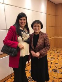 Ligia Feliciano com a membro da Assembleia de Shanghai Zhang Lili 202x270 - Lígia discute cooperação com fábrica de impressoras 3D em Xangai