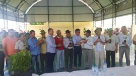 entrega mudas caju 270x151 - Governo lança projeto de revitalização da cultura do caju e acredita nas chuvas para seu êxito no Sertão