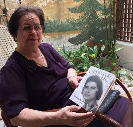 """Lindalva e livro 270x258 - Autobiografia """"Felicidade Menina"""" será lançada na Fundação Casa de José Américo"""
